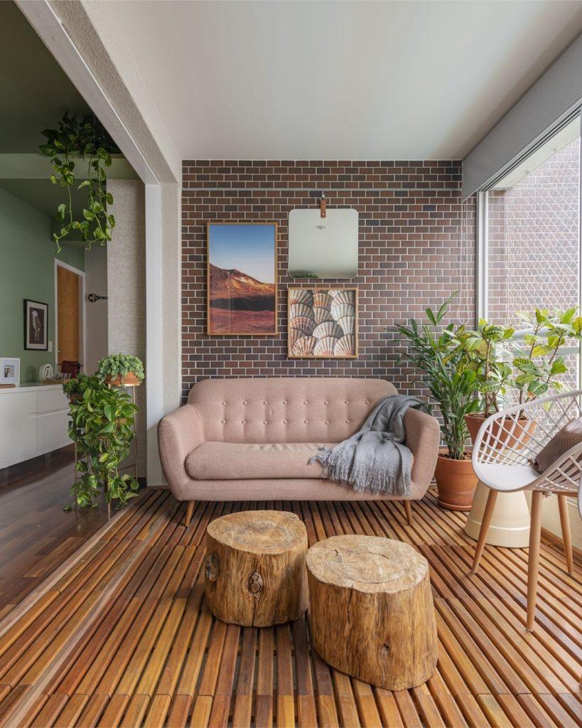 decoração de sala com troncos de madeira